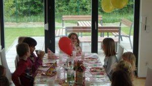 Torten essen beim Kindergeburtstag
